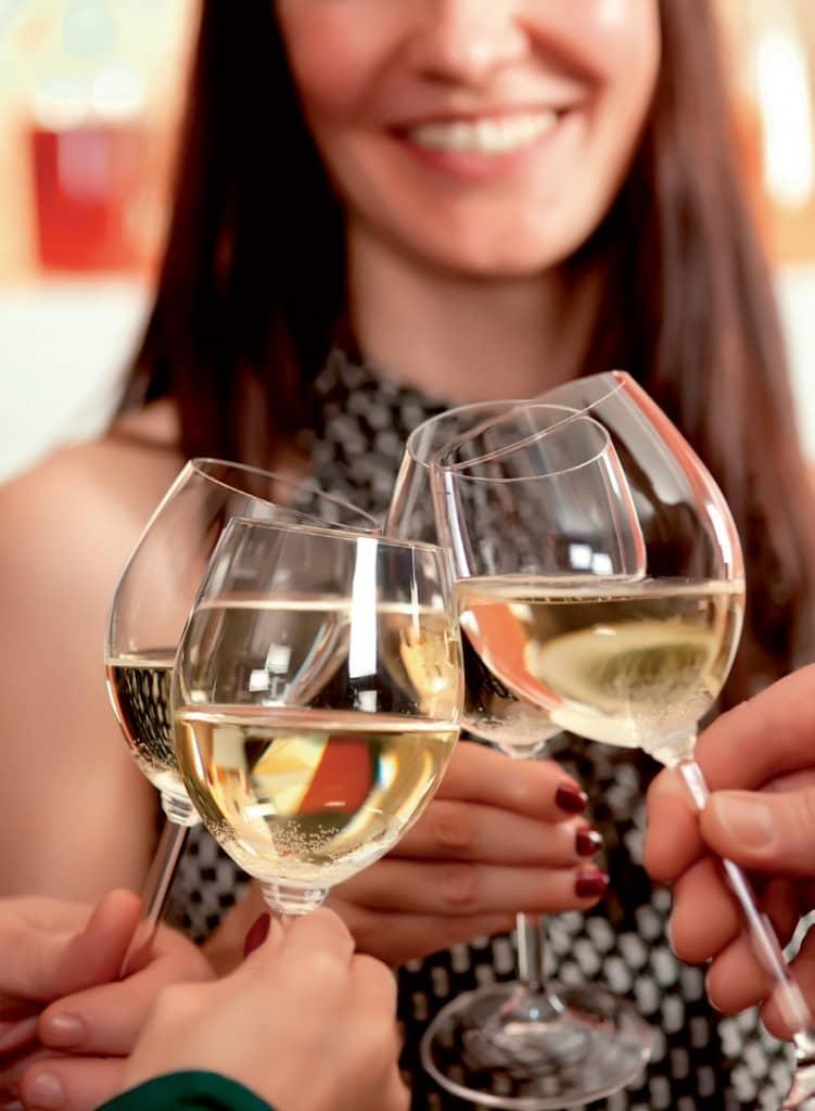 Chia sẻ cách cầm ly uống rượu vang chuẩn nhất