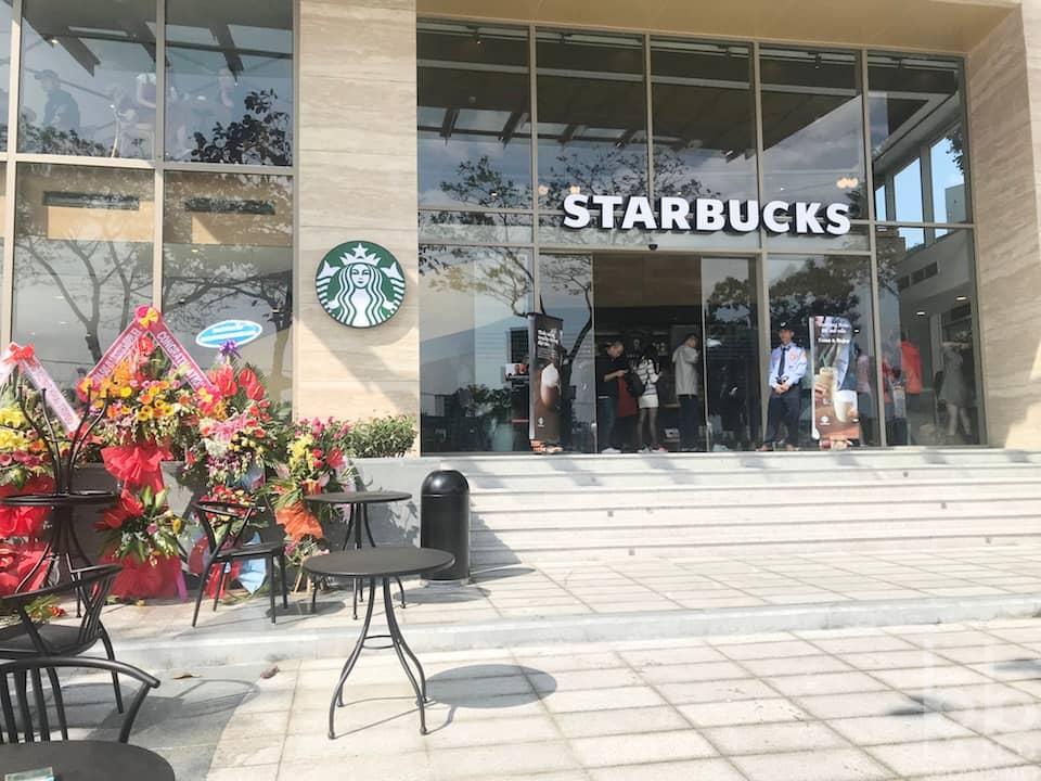 Đằng trước Starbucks Đà Nẵng